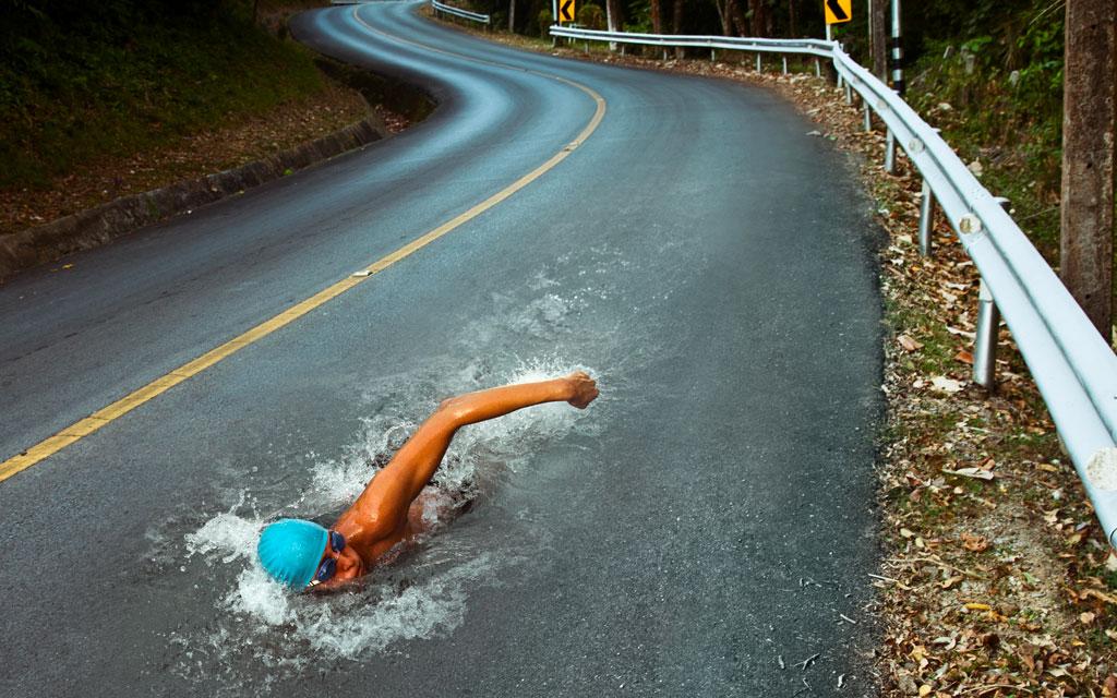 nuotatore-sulla-strada-controcorrente